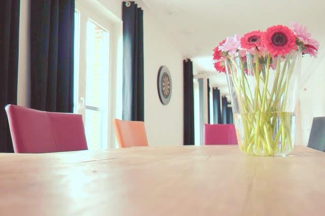 ダイニングテーブルの上に花