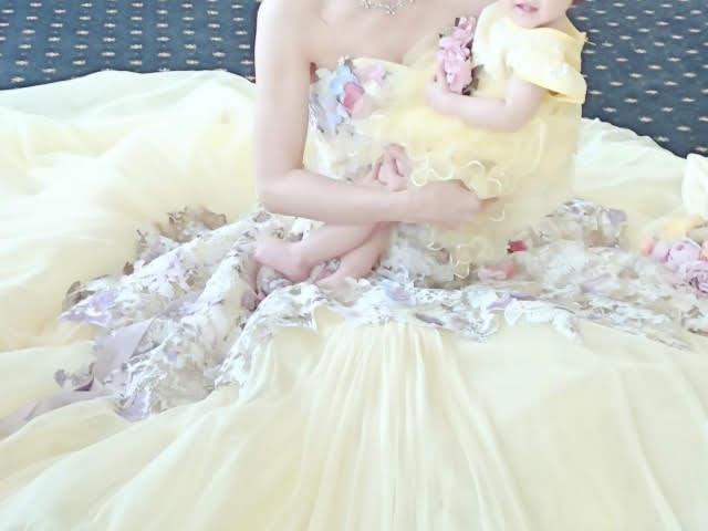 黄色のカクテルドレスを着たママと赤ちゃん