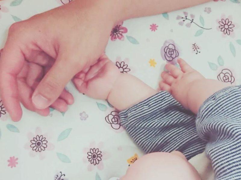赤ちゃんとパパの手