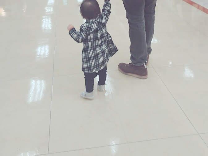 おてて繋いで歩く赤ちゃん