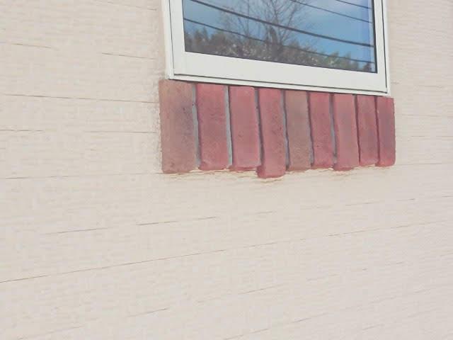 窓下のレンガ飾り