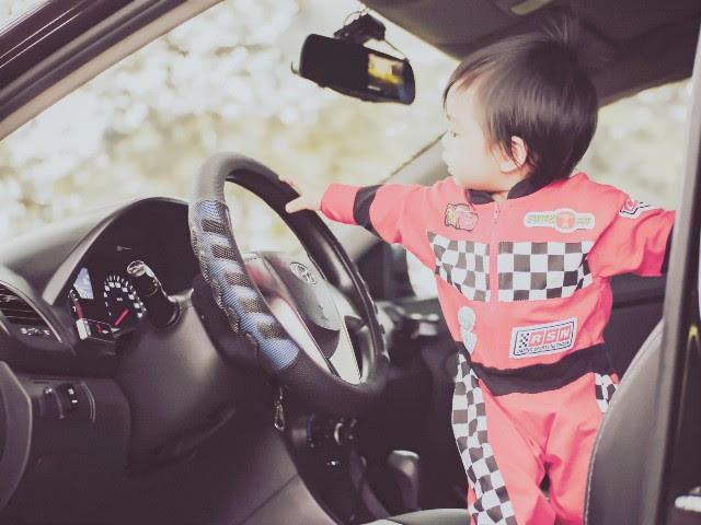 子どもが車で遊んでいる